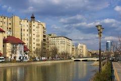 Bucarest - vista sopra il fiume di Dambovita immagini stock libere da diritti