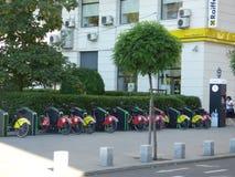 BUCARESTE - 17 DE MARÇO: As bicicletas para o aluguel em Victoriei esquadram na foto de Bucareste tomada o 17 de março de 2018 Imagem de Stock