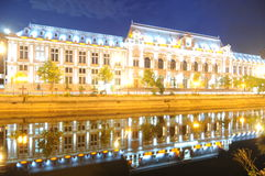 Bucareste em a noite imagens de stock royalty free