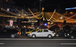 Bucareste, o 1º de dezembro de 2015: Luzes de Natal na noite na plaza da universidade de Bucareste em Romênia Fotos de Stock Royalty Free