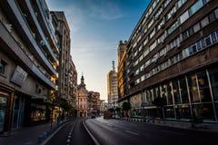 Bucareste, Romênia, em novembro de 2018: A avenida de Victoriei é uma das estradas as mais aglomeradas em Bucareste imagem de stock royalty free