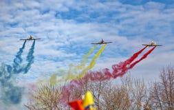BUCARESTE, ROMÊNIA, O 1º DE DEZEMBRO: Parada militar no dia nacional de Romênia, Arc de Triomphe, o 1º de dezembro de 2013 em Buc imagem de stock