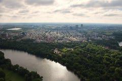 Bucareste, Romênia, o 15 de maio de 2016: Vista aérea do parque de Herastrau fotos de stock royalty free