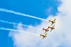 BUCARESTE, ROMÊNIA, 2015: Planos acrobáticos em Bucareste Internat Foto de Stock Royalty Free