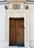 Bucareste, Romênia: porta de madeira elaboradamente cinzelada com intricat Imagens de Stock Royalty Free