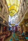 Bucareste, Romênia - 28 04 2018: Povos na passagem Macca Villacrosse, passagem de vidro amarela coberta em Bucareste Fotografia de Stock Royalty Free