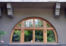 Bucareste, Romênia: semicirculares decorativos qooden a janela Fotografia de Stock