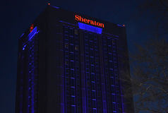 Bucareste, Romênia: Sheraton Hotel na noite Fotos de Stock Royalty Free