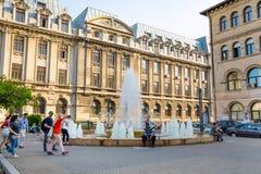 Bucareste, Romênia - 28 04 2018: Turistas na cidade velha, em uma das ruas as mais ocupadas de Bucareste central Imagem de Stock Royalty Free