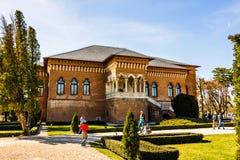 Bucareste, Romênia 2019 Turistas no palácio de Mogosoaia em um dia ensolarado imagem de stock