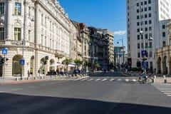 Bucareste, Rom?nia - 2019 Maneira de Victoriei em construções velhas do centro de Bucareste, em hotéis e em barras locais fotos de stock royalty free