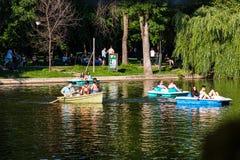 Bucareste, Rom?nia - 2019 Povos que relaxam no barco do pedal no dia ensolarado quente no lago gardens de Cismigiu fotos de stock