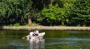 Bucareste, Rom?nia - 2019 Retrato de pares novos no amor que fala quando esporte de barco do pedal no lago Homem e mulher alegres foto de stock