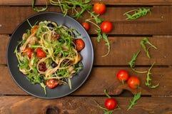 Bucatini italiano com camarão, rúcula e tomates de cereja Fundo de madeira Close-up Vista superior fotografia de stock
