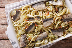 Bucatini italiano da massa com sardinhas, erva-doce, passas e pinho n imagem de stock