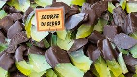 Bucce cedrate ricoperte di cioccolato fondente Pasticceria siciliana tipica, Italia fotografia stock