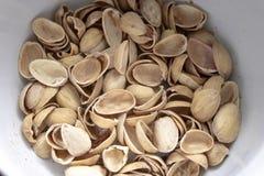 Buccia dai pistacchi deliziosi in un piatto fotografie stock