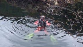 Buceador con la cámara en el agua Alaska metrajes