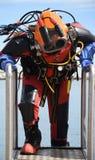 Buceador costero del anuncio publicitario con el traje y el casco antis de la contaminación Fotografía de archivo libre de regalías