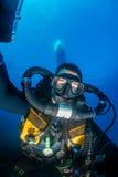 Buceador de Rebreather en agua clara fotos de archivo