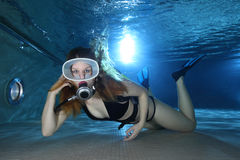 Buceador de sexo femenino en la piscina Foto de archivo
