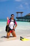 Buceador de sexo femenino en la playa maldiva fotos de archivo