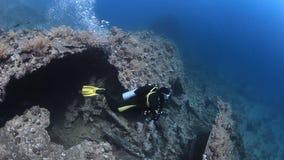Buceador del cameraman que nada el submarino profundo en el Mar Rojo almacen de metraje de vídeo