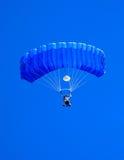 Buceador del cielo con el paracaídas azul foto de archivo