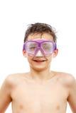 Buceador del muchacho en máscara de la natación con un retrato feliz del primer de la cara, aislado en blanco Foto de archivo