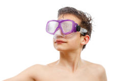 Buceador del muchacho en máscara de la natación con un retrato feliz del primer de la cara, aislado en blanco Fotos de archivo