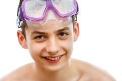 Buceador del muchacho en máscara de la natación con un retrato feliz del primer de la cara, aislado en blanco Foto de archivo libre de regalías