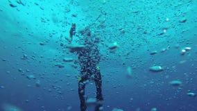 Buceador en el agua con las burbujas metrajes
