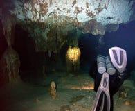 Buceador Entering un sistema de la cueva fotografía de archivo libre de regalías