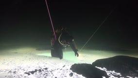 Buceador exclusivo del truco en underwter de la parte inferior doble en hielo del mar blanco metrajes
