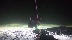 Buceador exclusivo del truco en underwter de la parte inferior doble en hielo del mar blanco almacen de video