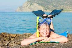 Buceador joven feliz en la playa del mar Imagen de archivo libre de regalías