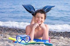 Buceador joven feliz en la playa del mar Imágenes de archivo libres de regalías