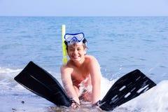 Buceador joven feliz en la playa del mar Foto de archivo