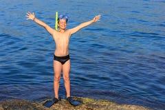 Buceador joven feliz en la playa del mar Fotos de archivo libres de regalías