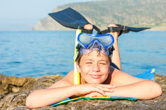 Buceador joven feliz en la playa del mar Foto de archivo libre de regalías