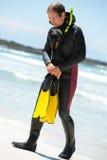 Buceador masculino con las aletas de la máscara del tubo respirador del traje de salto en la playa imagen de archivo