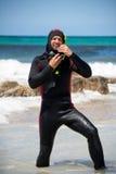 Buceador masculino con las aletas de la máscara del tubo respirador del traje de salto en la playa fotos de archivo
