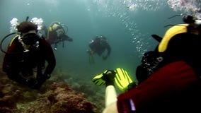 Buceador que nada el submarino profundo metrajes