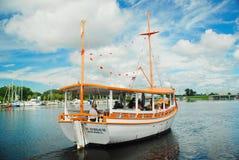 Buceador Tourist Boat de la esponja foto de archivo libre de regalías