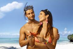 Buceador y novia orgullosos con las estrellas de mar Imagen de archivo libre de regalías
