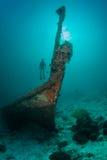 Buceador y una ruina sunken Imagenes de archivo