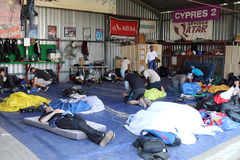 Buceadores del cielo que descansan y que comprueban el equipo en área de seguridad en caída Fotografía de archivo libre de regalías