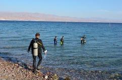 Buceadores que se zambullen en Coral Beach Nature Reserve en Eilat, Israel Imagenes de archivo