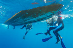 Buceadores que suben en el barco Fotos de archivo libres de regalías