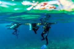 Buceadores que suben en el barco Imagen de archivo